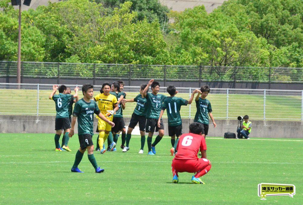 2回戦で優勝候補の東福岡に逆転勝ちし、喜ぶ昌平の選手