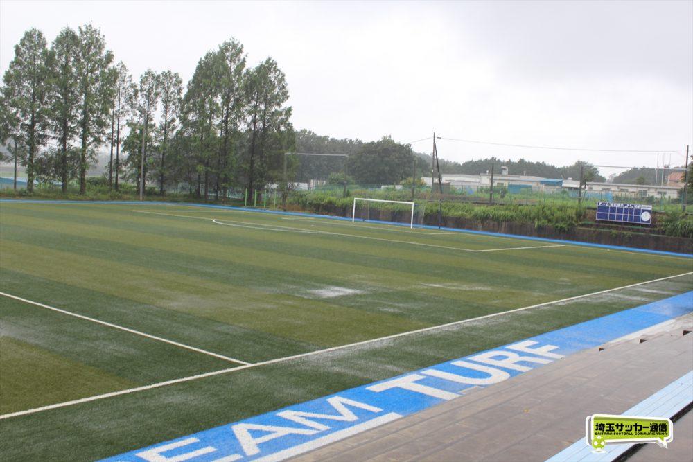 聖望学園の下川崎グランドサッカー場は昨年秋にフルコート1面にフットサルコートが人工芝となった。
